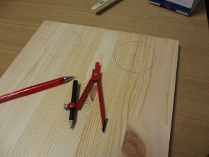 コンパスでバッフル開口部の線を描く