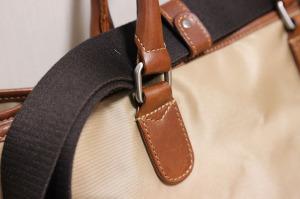 一番荷重のかかる持ち手付近の縫製も完璧。革の厚みもあり、ちょっとのことではダメージを受けなさそう