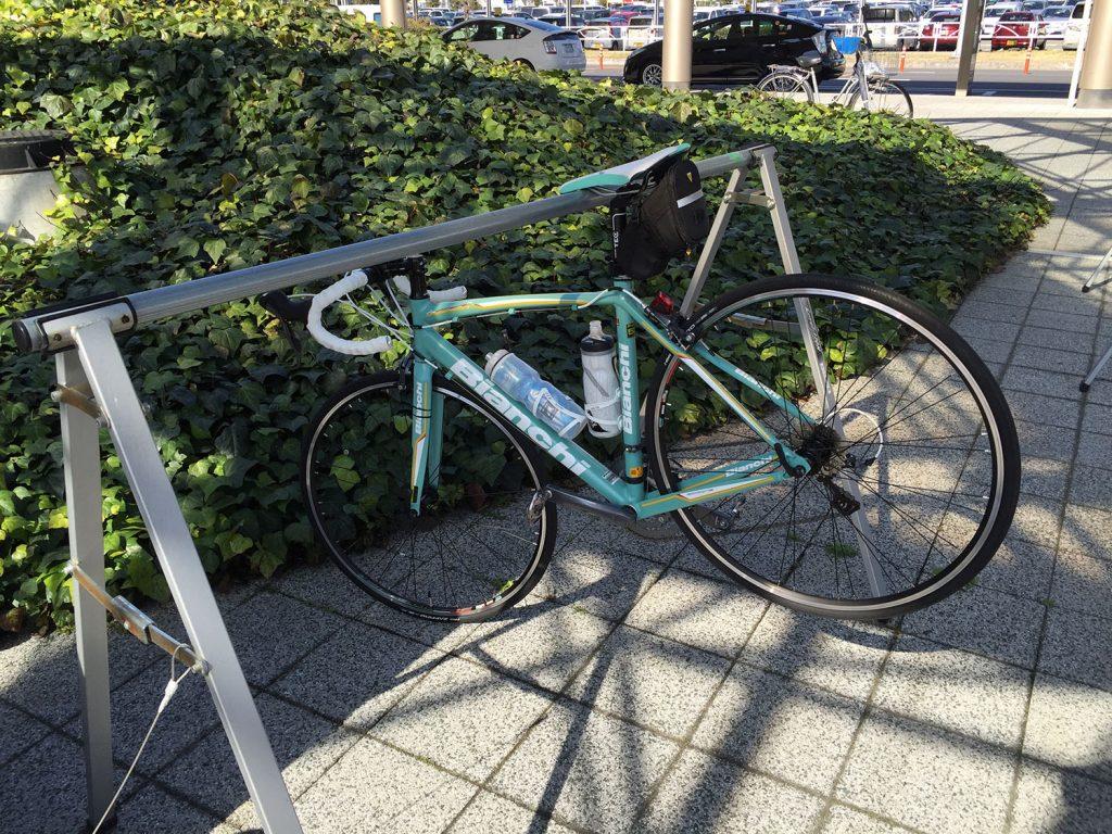 松山空港脇にはサイクルラックが完備