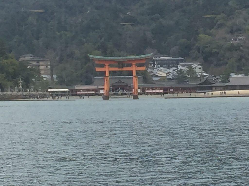フェリーから見る厳島神社の鳥居