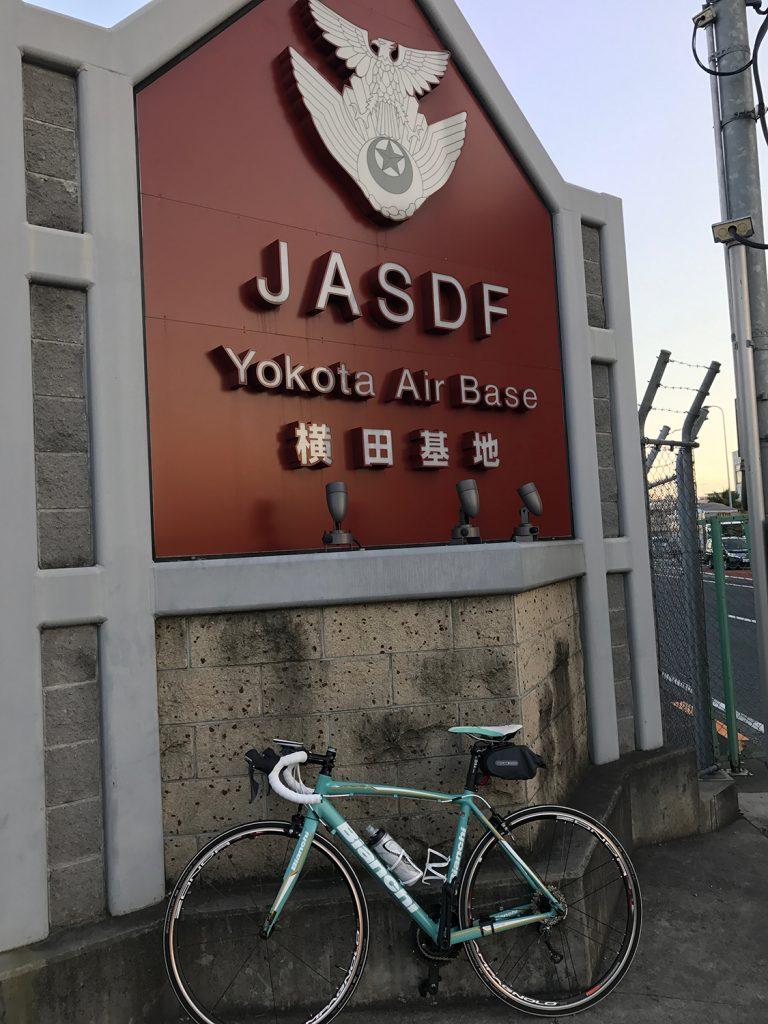 横田基地のゲートにて