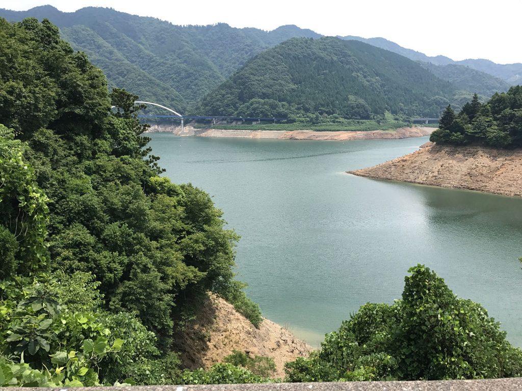 ダムの岩肌が見える宮ヶ瀬湖