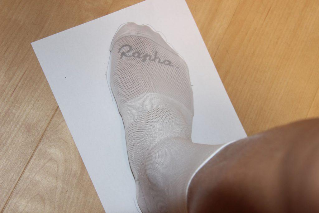 白い紙の上に足を置いて適当に足型をとる