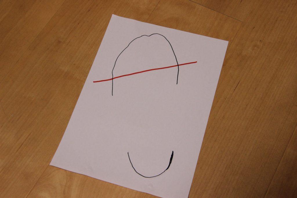 紙の裏からなぞり、足型を鏡像反転します