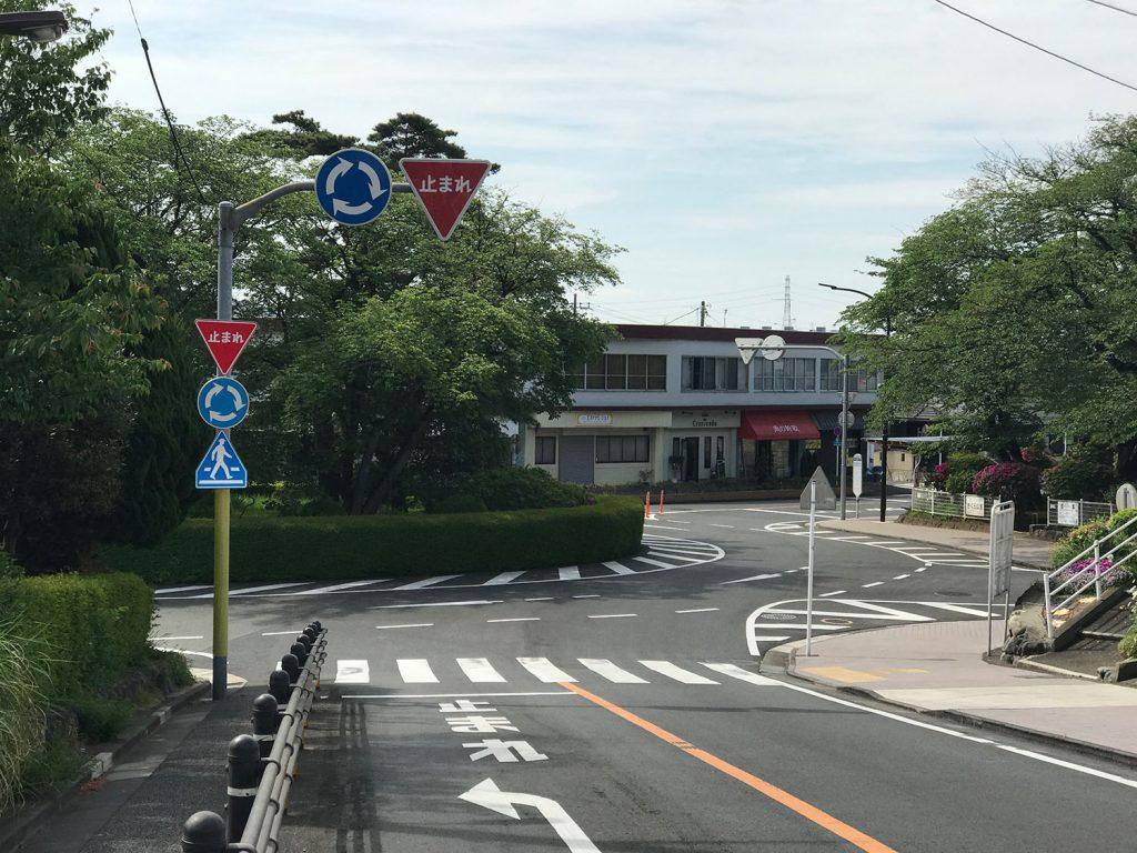 聖蹟桜ヶ丘市街地にある環状交差点(ランダバウト)