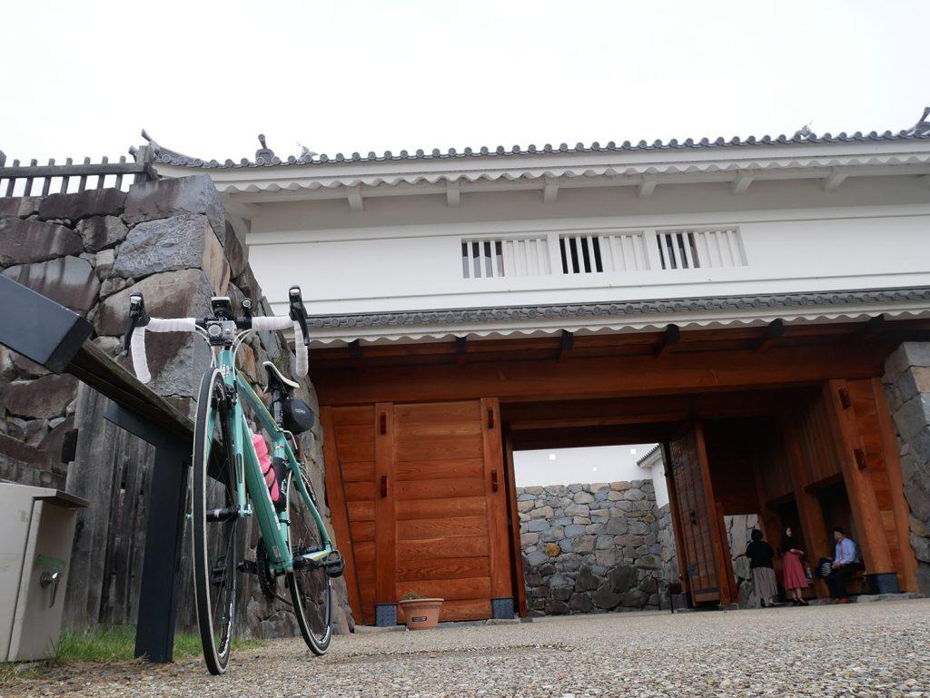 甲府城山手御門前にて